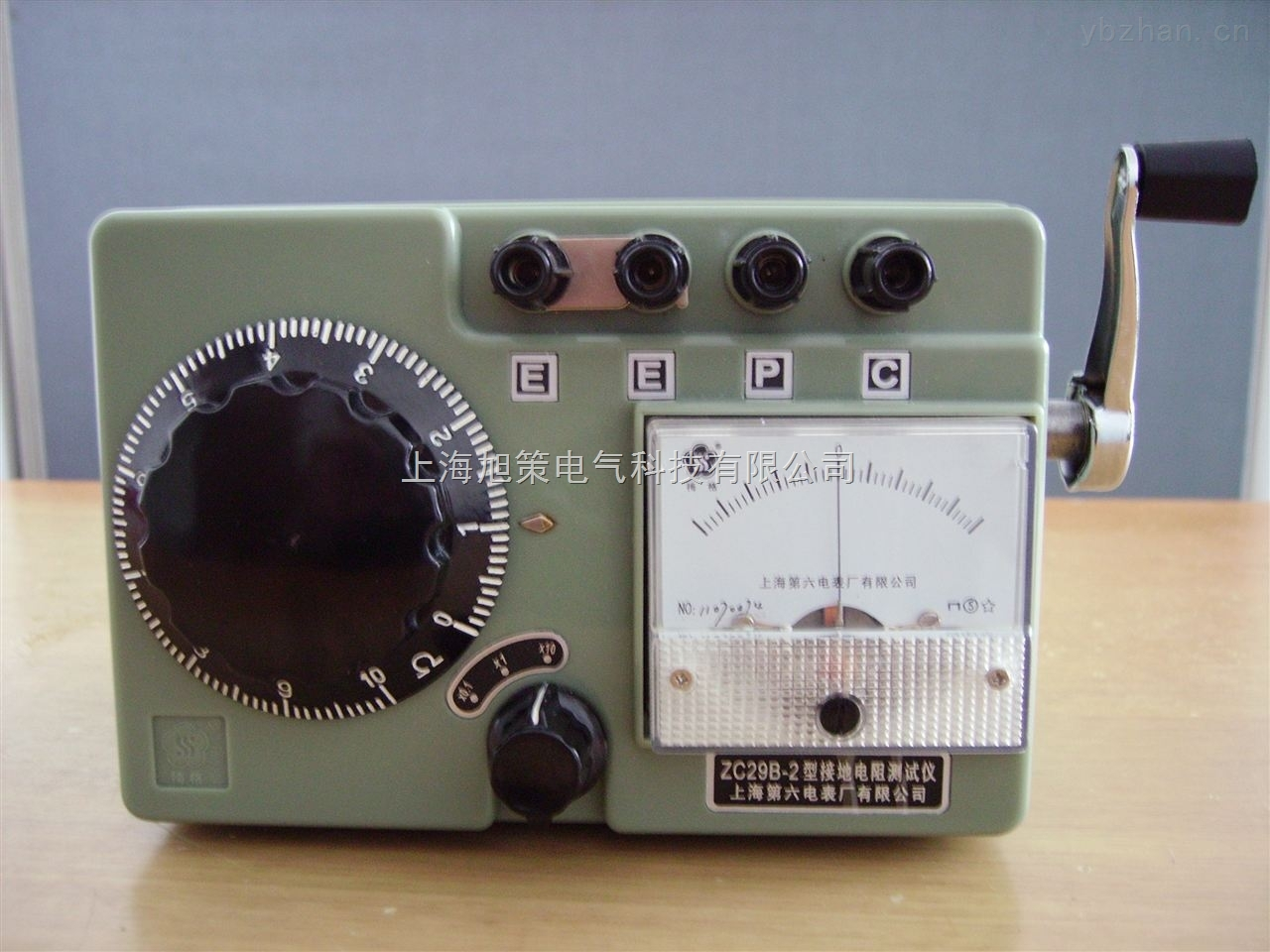 接地电阻测试仪以约120转/分钟的速度均匀地摇动摇表